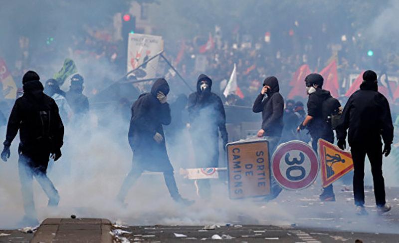 На акции протеста против повышения цен в Париже задержаны 100 человек