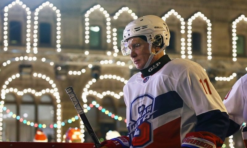 В хоккейном матче на Красной площади победила команда, в которой играли Путин и Шойгу