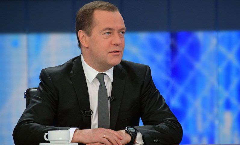 Медведев назвал оскандалившихся чиновников бревнами