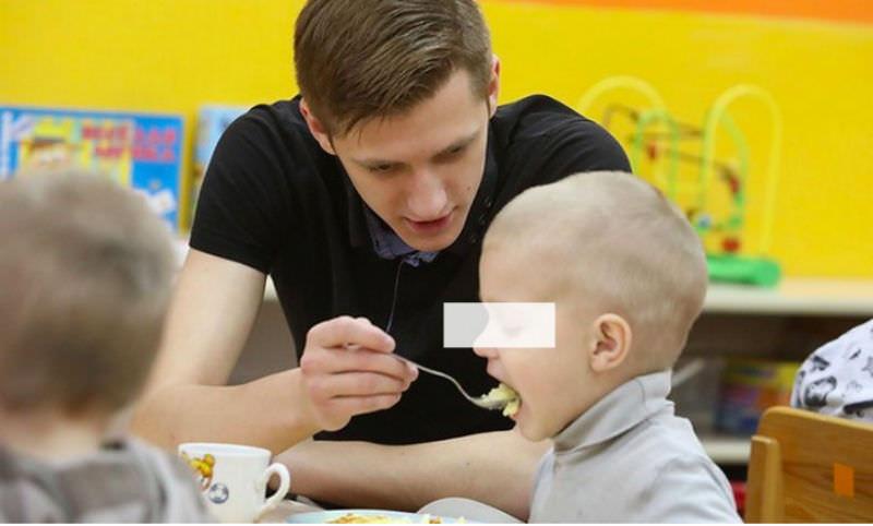 Неусатый нянь: парень пошел работать воспитателем в детский сад