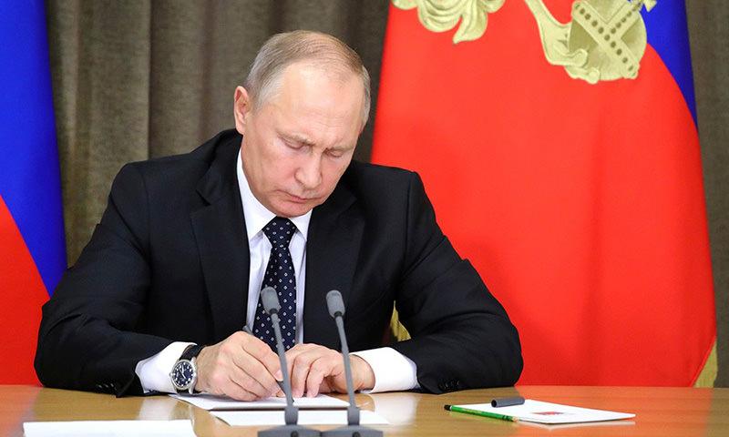 Путин подписал закон об отмене национального роуминга