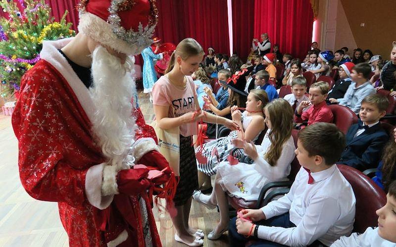 Дети отказались от всех подарков в пользу больного одноклассника
