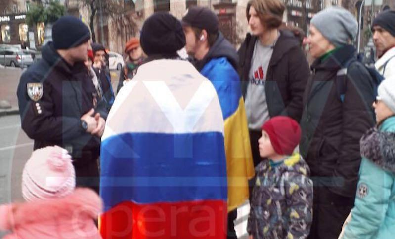 Двое смельчаков устроили в центре Киева акцию российско-украинской дружбы