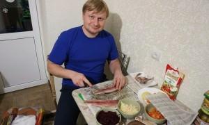 Можно ли накрыть новогодний стол на тысячу рублей? Мужчина устроил «репетицию»