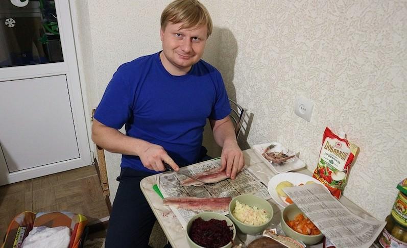 Можно ли накрыть новогодний стол на тысячу рублей? Мужчина устроил