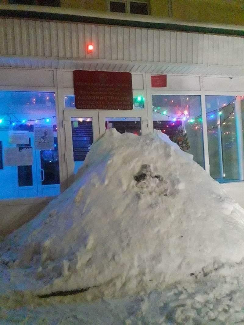 Жители Самарской области завалили снегом вход в здание районной администрации