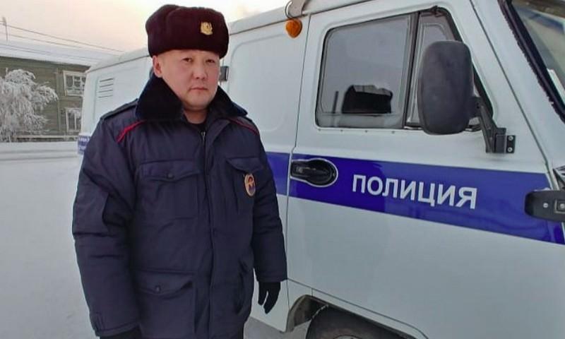 Якутский полицейский вернул найденные 100 тысяч рублей