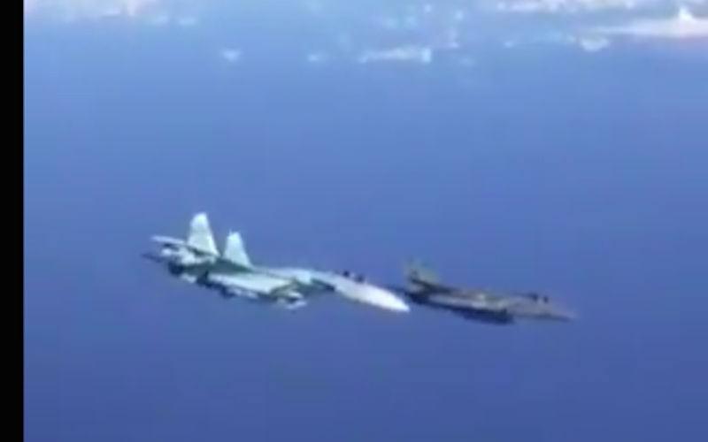 """""""Пшел вон!"""": Су-27 красиво отогнал истребитель НАТО от правительственного самолета"""
