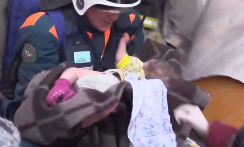 Под завалами дома в Магнитогорске нашли живым 11-месячного ребенка
