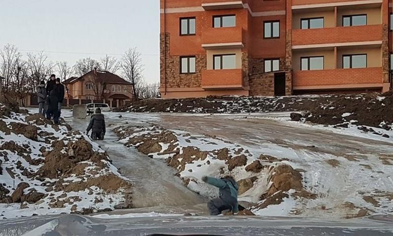 В Приамурье дети катаются с фекальной горки