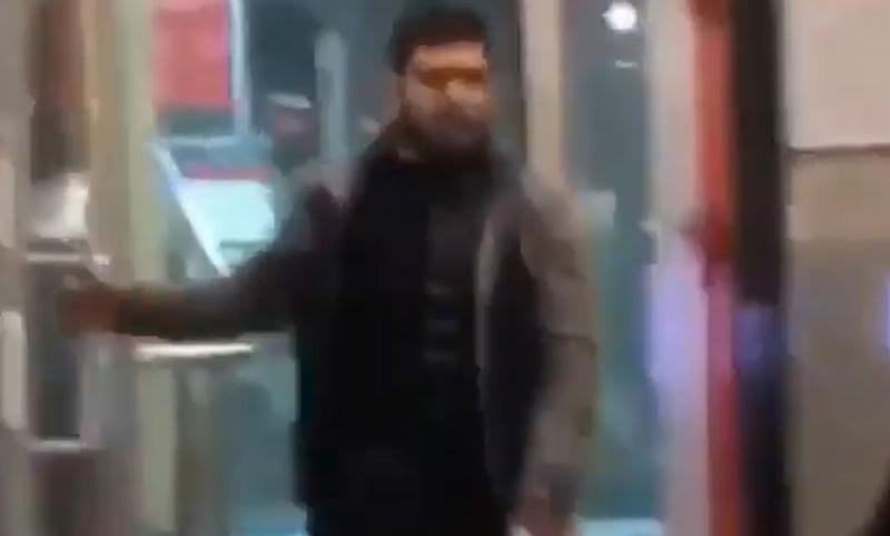 Мужик устроил погром битой  в  банке, а полицейские  не смогли его скрутить