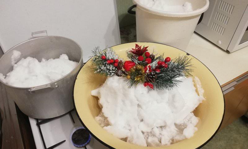 Жители Таганрога растапливают снег, чтобы добыть воду