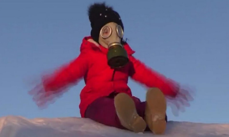 Из-за смога дети гуляют в противогазах