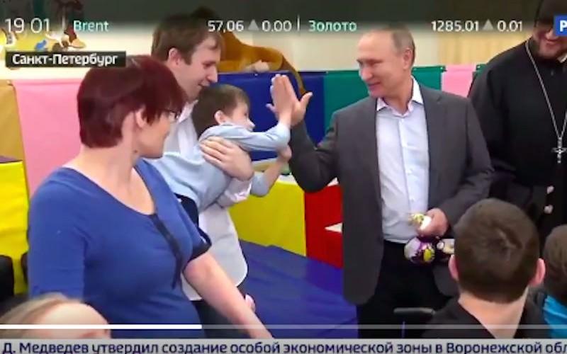 """""""Дай пять"""": Путин раздал в детском хосписе мешки со сладостями"""