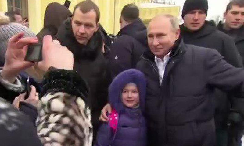 Путин успокоил плачущую девочку