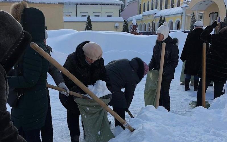 Учителей отправили убирать снег в мешки