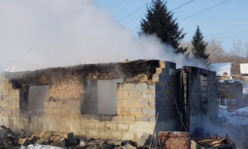 В Усть-Каменогорске двое мужчин вытащили детей из горящего дома