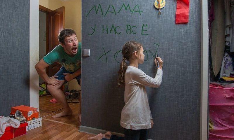 Папа и его 7-ми летняя дочь показывают маме, как у них дела во время ее отъезда