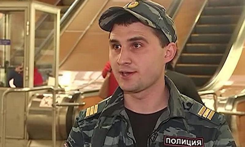 Полицейский спас в метро Москвы упавшего на рельсы человека, накрыв его своим телом