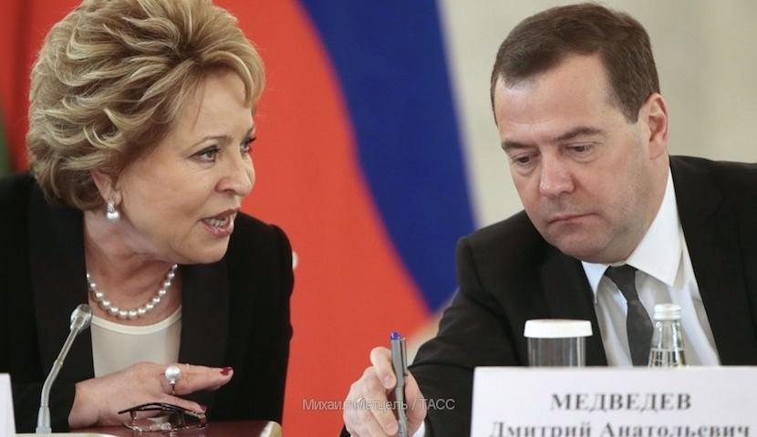 """Матвиенко пожаловалась Медведеву на вкус """"французской"""" воды"""
