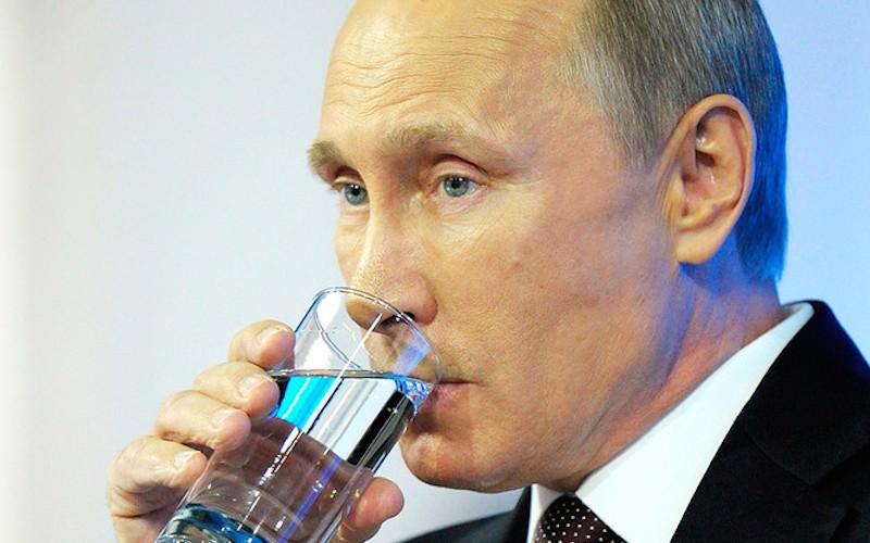 Для Путина отдельный бокал на отдельном подносе