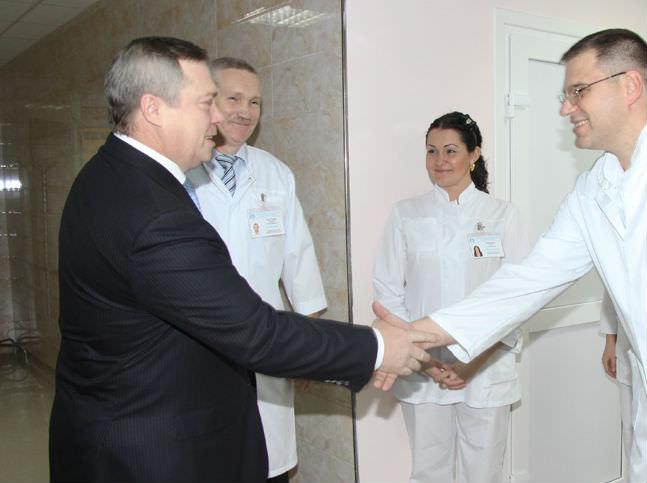 На сайте правительства РО в фоторепортаже с торжественного открытия ПЦ в декабре 2010 года вычищены практически все фотографии губернатора с главным врачом - Буштыревым