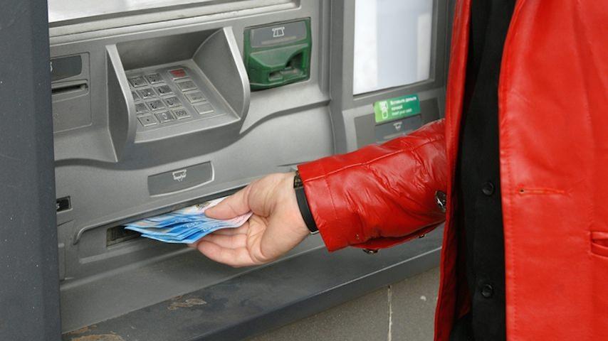 В России хотят ввести налог на снятие налички в банкоматах