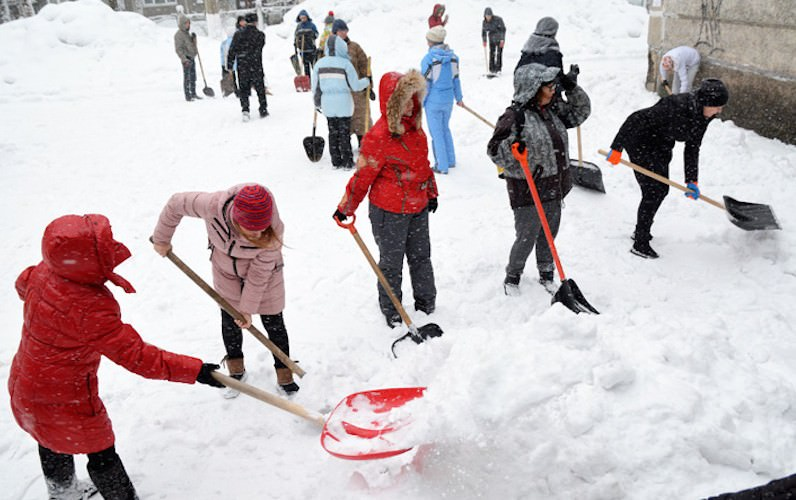 Школьников в Уфе погнали убирать снег вместо урока физкультуры