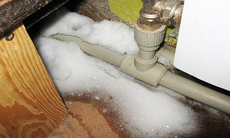 В ХМАО люди сутками льют воду из-под крана, чтобы в домах не перемерзли трубы