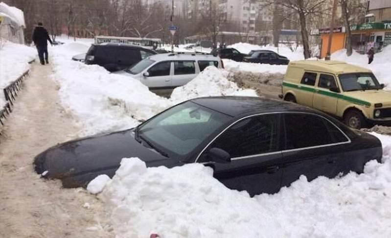Саратовцы протоптали пешеходную дорожку по...капоту автомобиля