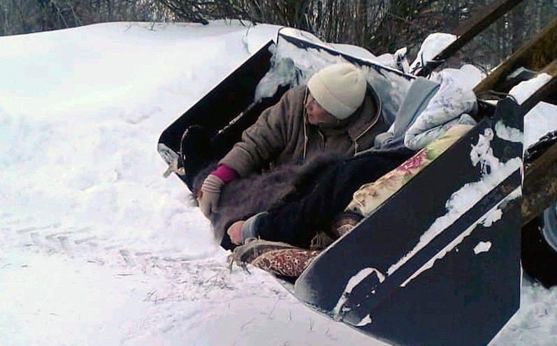 Пациентку доставили в больницу в ковше из-за неубранного снега