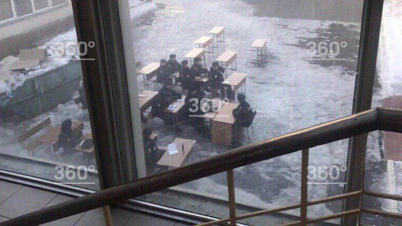 Курсантов МВД посадили за парты на улице