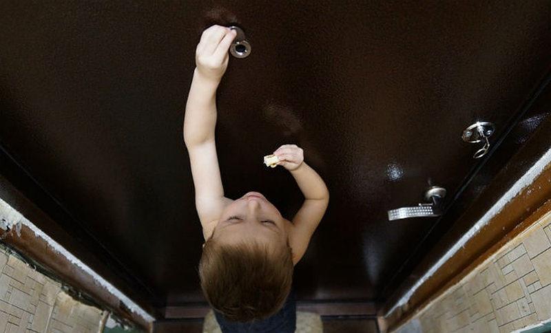 Продержался на воде и конфетах: 4-летний мальчик прожил 3 дня в квартире с умершей бабушкой