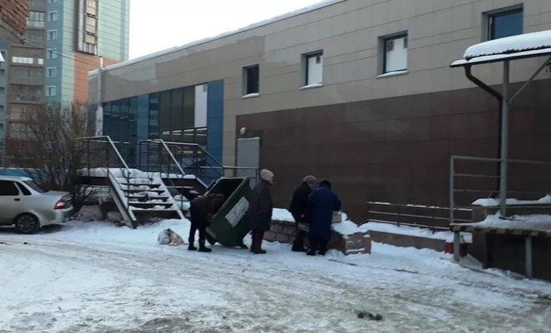 Пенсионеры каждое утро у мусорных ящиков подбирают