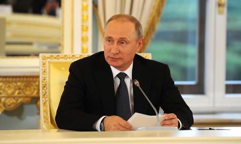 Путин поручил освободить от налогов выплаты сельским учителям и врачам