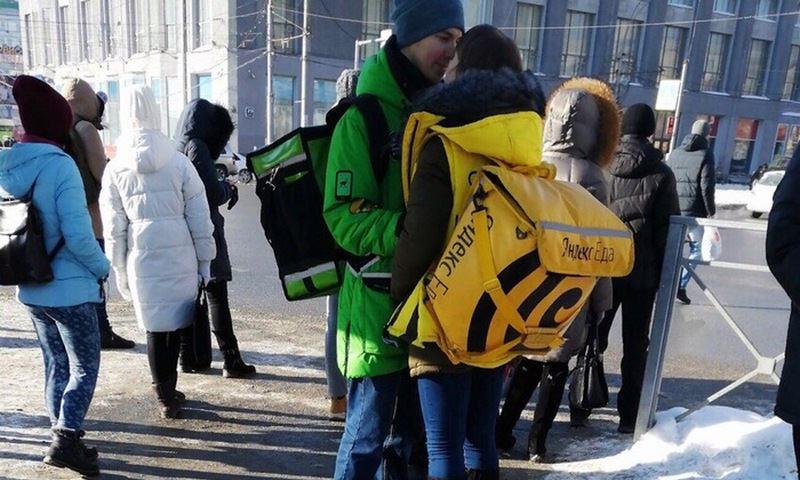 Операторы доставки наградят за милое фото своих сотрудников поездкой в Париж