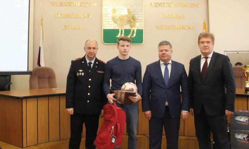 В Челябинске школьник задержал и удерживал грабителя до приезда полиции