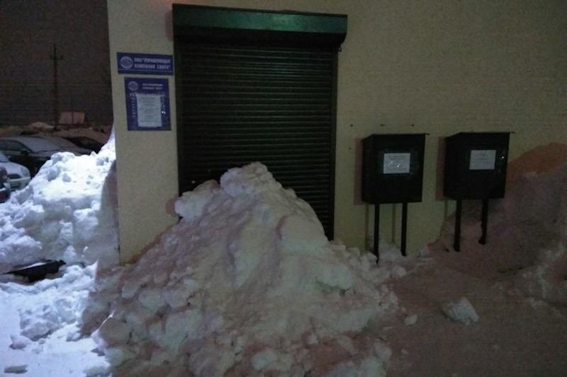 Снежный бунт: россияне закапывают двери управляющих компаний