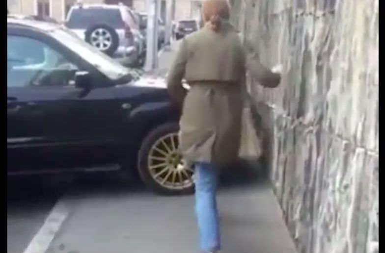 Девушка оригинально среагировала на неправильную парковку