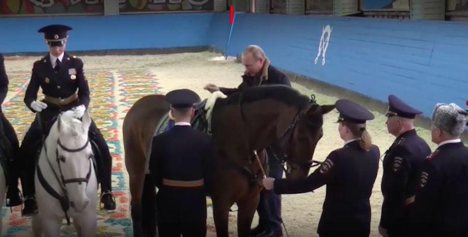 Путин прокатился на коне вместе с девушками