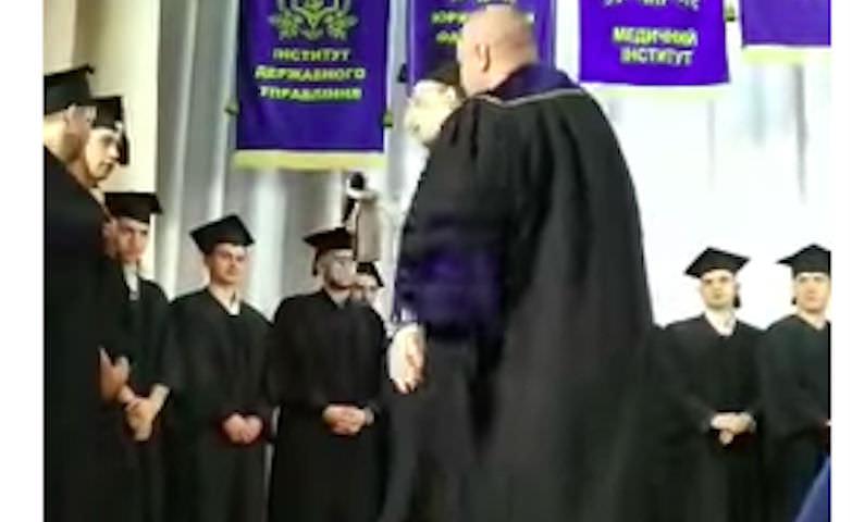 Студента вытолкали со сцены после крика: