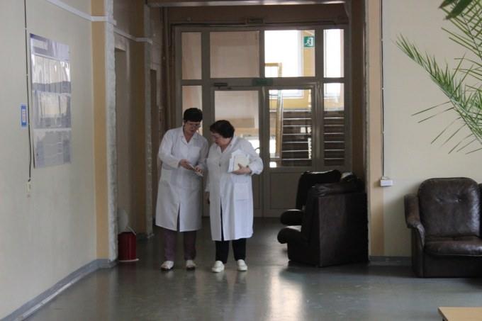 В Крыму мать ребёнка с пороком сердца полчаса гуляла по пустой больнице в поисках врачей