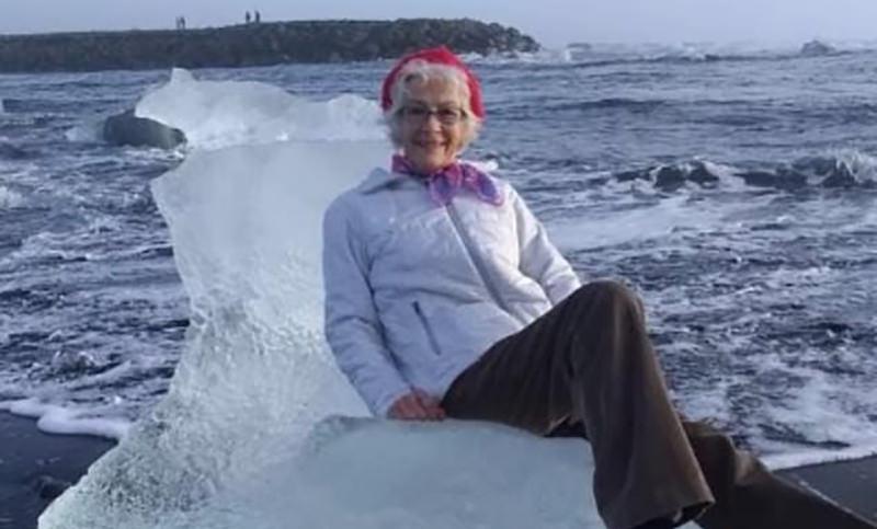 Пенсионерка села на льдину и уплыла на ней в море