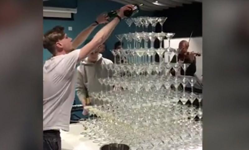 На корпоративе в Сбербанке хотели красиво разлить шампанское по бокалам, но...