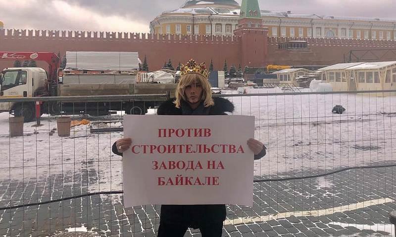 Сергей Зверев провел одиночный пикет у стен Кремля