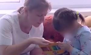 Девочка-маугли, найденная в захламленной квартире,  идет на поправку
