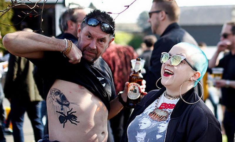 Вокалиста The Prodigy похоронили под массовое веселье фанатов