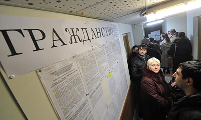 Число россиян решили увеличить за счёт мигрантов
