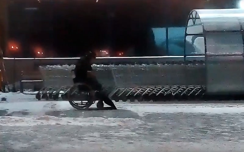 Жители Омска восхитились безногим инвалидом, убирающем снег