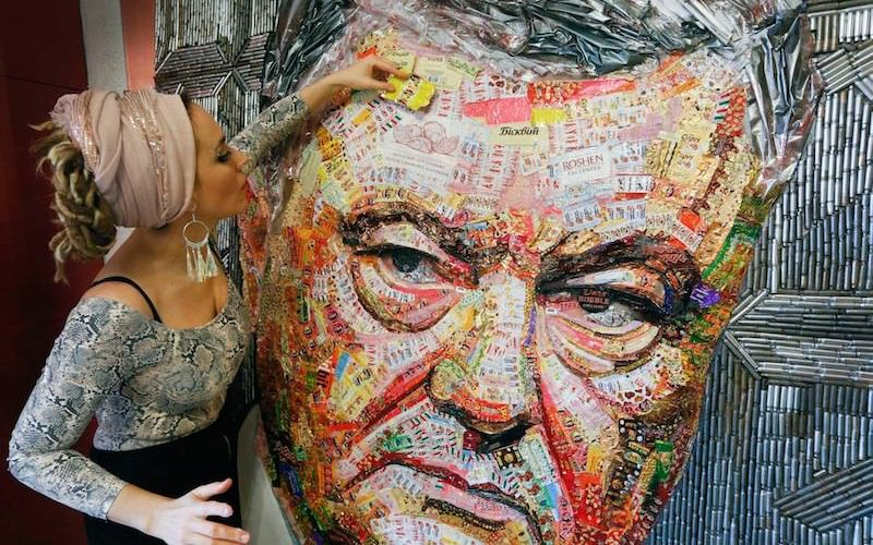 Украинская художница сделала портрет Порошенко из фантиков и гильз